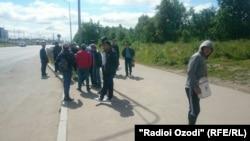 Санкт-Петербургте жүрген тәжік мигранттары. Ресей, 3 шілде 2015 жыл.