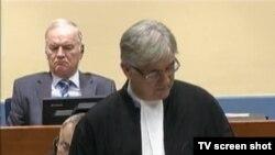 Ratko Mladić u sudnici iza branitelja Branka Lukića, 28. listopada 2015