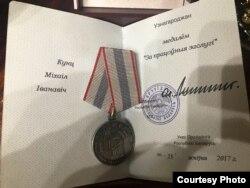 За колькі месяцаў да праверкі на камбінаце, якая прывяла да крымінальнай справы, Аляксандар Лукашэнка ўзнагародзіў Міхаіла Кунца мэдалём «За працоўныя заслугі»