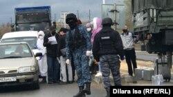 Силовики и гражданские на блокпосту на въезде в Шымкент, город в Туркестанской области. 1 апреля 2020 года.