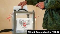 Бойовики угруповання «ДНР» (на фото в камуфляжі російського зразка) вже голосували достроково. Донецьк, 6 листопада 2018 року
