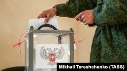 Боевики группировки «ДНР» (на фото в камуфляже российского образца) уже голосовали досрочно. Донецк, 6 ноября 2018 года