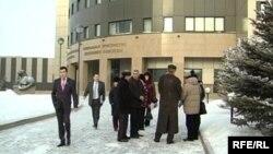 Группа людей у здания генеральной прокуратуры. Астана, 29 января 2009 года.