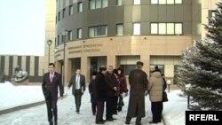 Люди у здания генеральной прокуратуры в Астане. Иллюстративное фото.