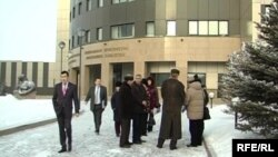 Қазақстан бас прокуратурасының алдында жүрген адамдар. Астана, 29 қаңтар 2009 жыл.