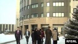 Үйлері бұзылып, өтемақысын ала алмай жүрген тұрғындар Бас прокуратура алдына жиналды. Астана, 29 қаңтар, 2009 жыл.