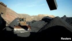 Екскаватор біля шахти «Холодна Балка» у Макіївці. Листопад 2014 року