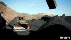 Екскаватор біля вугільних відвалів на шахті Холодна Балка у Макіївці. Листопад 2014 року