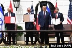 Министры иностранных дел Бахрейна и Объединенных Арабских Эмиратов и премьер-министр Израиля подписывают в Вашингтоне соглашение об установлении дипломатических отношений 15 сентября 2020 года