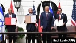 Ministar spoljnih poslova Bahreina Abdulatif al-Zajani, izraelski premijer Benjamin Netanjahu, predsednik SAD Donald Tramp i ministar spoljnih poslova UAE Zajed Al-Nahjan na potpisivanju sporazuma.