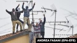 Deținuți pe acoperișul închisorii San Vittore din Milano.