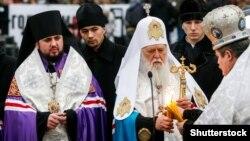 Митрополит Епіфаній (ліворуч) і патріарх Київський і всієї Руси-України Філарет (посередині) під час літургії в Києві, 26 листопада 2011 року