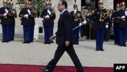 Франсуа Олланд инаугурацияда Елисей сарайына келе жатыр. Париж, 15 мамыр 2012 жыл.