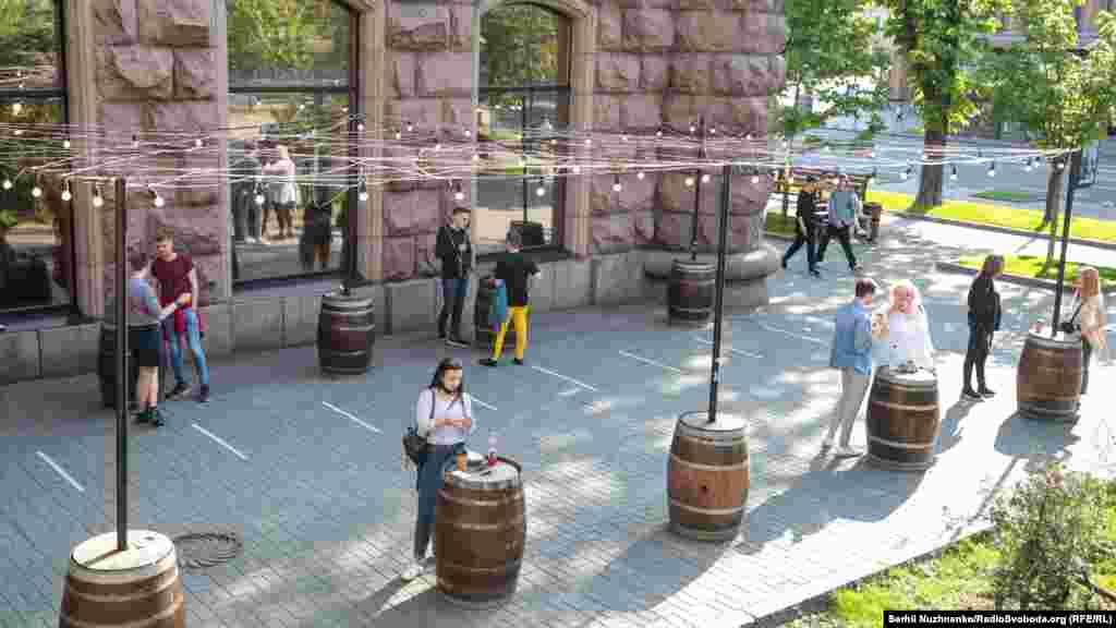 Первые посетители заведений на Крещатике в центре столицы