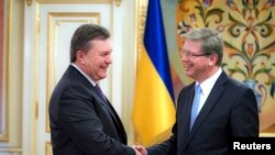 Președintele Viktor Yanukovych la o întîlnire cu comisarul european Stefan Füle la 19 noiembrie, la Kiev