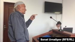 77-летний пенсионер Галиулла Гумаров в зале административного суда, где его судят за участие в несанкционированной акции. Уральск, 17 мая 2018 года.
