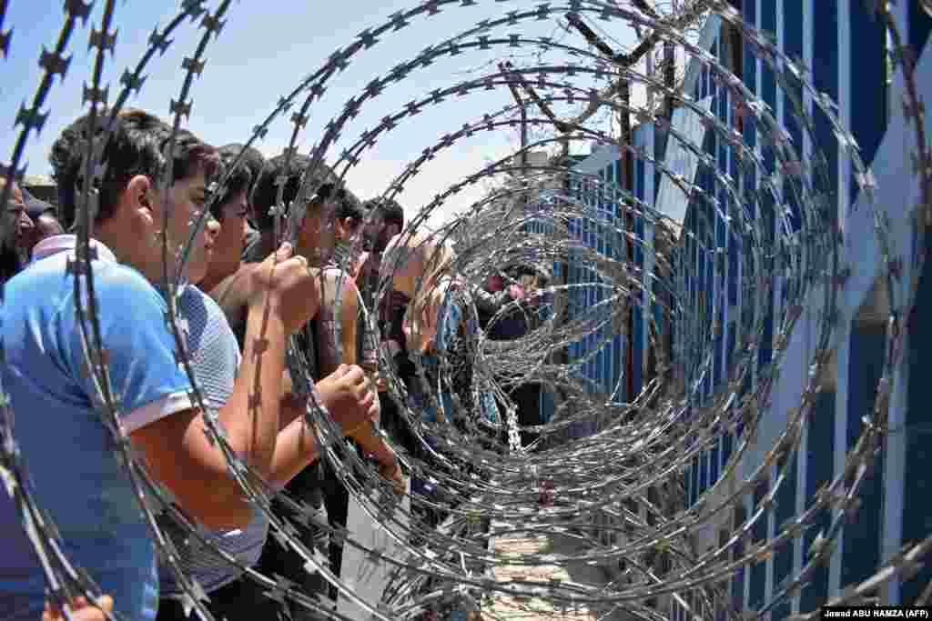 Моладзь зь лягеру для перамешчаных асобаў на мяжы з анэксаванымі Ізраілем Галянскімі вышынямі пратэстуюць супраць рэжыму Башара Асада. (AFP/Jawad Abu Hamza)