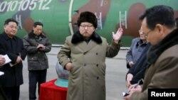 کیم جونگ اون در حال بازدید از تجهیزات نظامی و کلاهک هستهای که کره شمالی میگوید قابل نصب بر موشک است