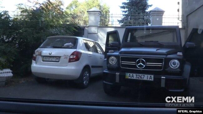 Журналісти помітили чорний броньований Mercedes у дворі біля бокового заїзду до ОП