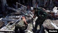 Бойовики угруповання «ДНР» розглядають уламки біля пошкодженої будівлі, Донецьк, 6 серпня 2014 року