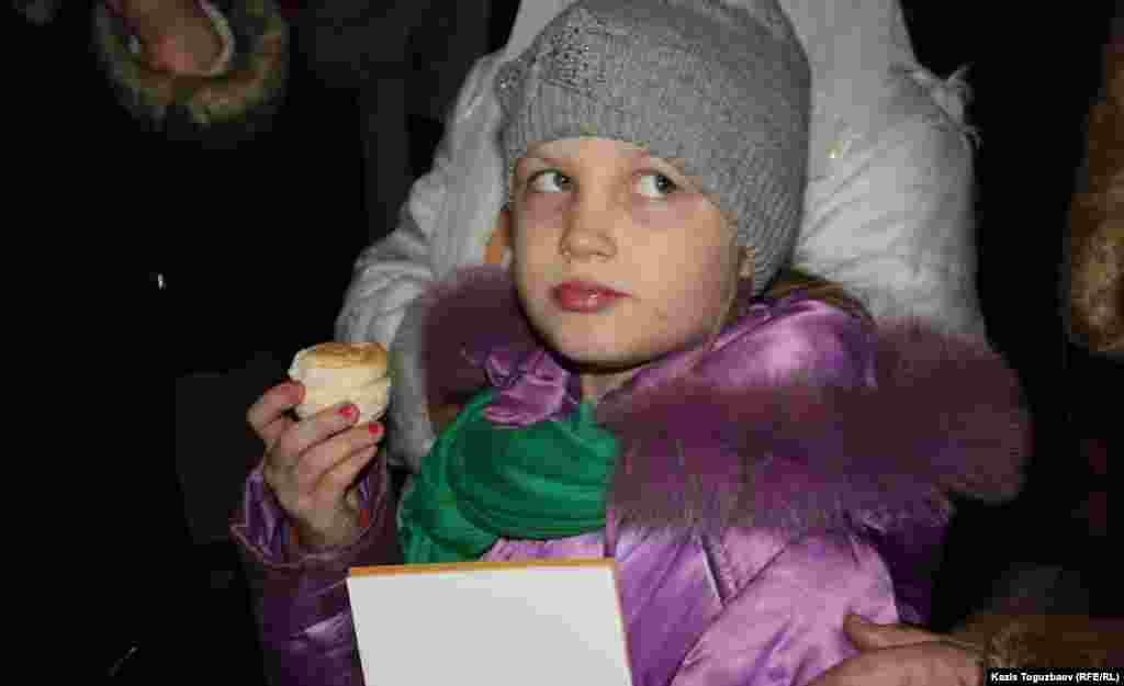 Девочка с просвирой (святым - для православных - хлебом).Алматы, 6 января 2013 года.