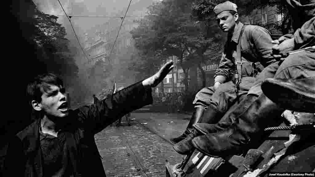 Столкновения у здания Чешского радио в Праге
