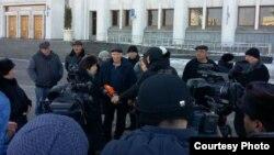 Жители микрорайона Шугыла, приехавшие к акимату Алматы, дают интервью журналистам. Алматы, 25 ноября 2016 года.