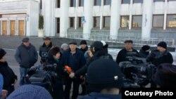 Шұғыла тұрғындары Алматы әкімдігінің алдында журналистерге сұхбат беріп тұр. 25 қараша 2016 жыл.