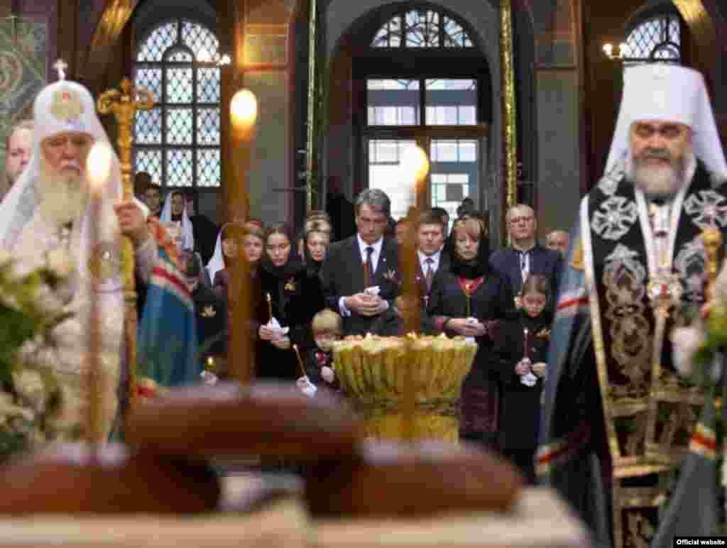 Панахида та молитва «Зі святими упокій...» по жертвах Голодомору 1932-1933 років, що відбулася в Софійському соборі Києва.