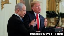 دونالد ترامپ هشتم بهمن طی آیینی در کاخ سفیدکنار بنیامین نتانیاهو از طرح معامله قرن رونمایی کرد