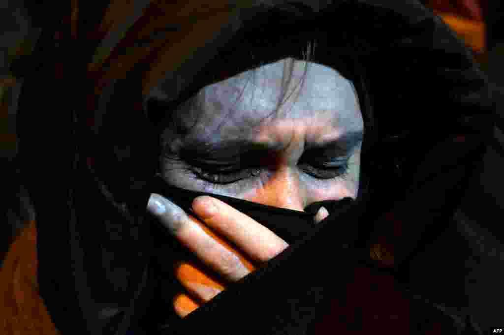 Egy nő gyászolja a 31 éves férfit.