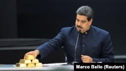 Николас Мадуро перебирает золотые слитки в прямом эфире национального телевидения.