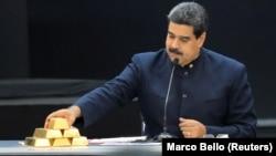 Президент Венесуэлы Николас Мадуро с золотыми слитками на встрече с министрами, отвечающими за экономический сектор страны. Каракас, 22 марта 2018 года.