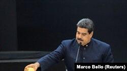مخالفان حکومت ونزوئلا ریاست جمهوری نیکلاس مادورو را نامشروع و نتیجه تقلب و سرکوب مخالفان میدانند.