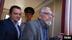 Boris Khodorkovsky (right), the father of former Yukos CEO Mikhail Khodorkovsky, leaves the offices of the Russian Investigative Committee, where was summoned for questioning in August in connection to Nefteyugansk Mayor Vladimir Petukhov's murder.