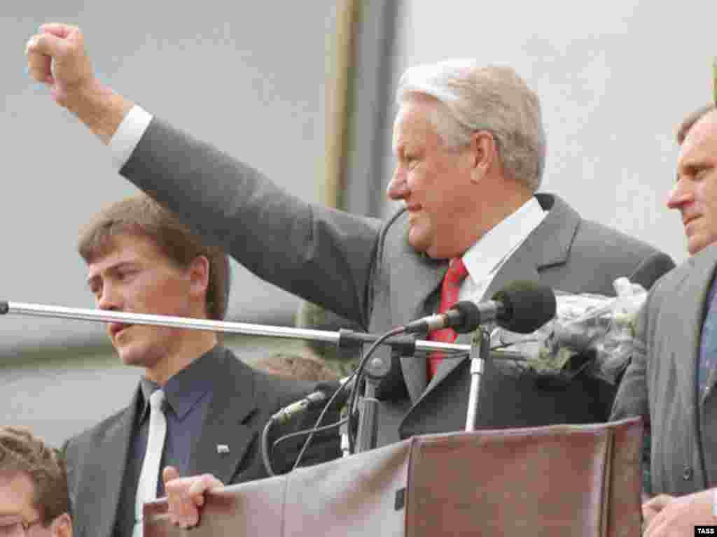اقای یلتسین بر ملا شدن توطئه محرمانه برای براندازی دولت روسیه را به همراه هوادارانش جشن می گیرد.
