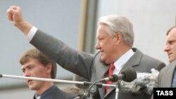 Российский президент Борис Ельцин празднует победу, 22 августа 1991 года