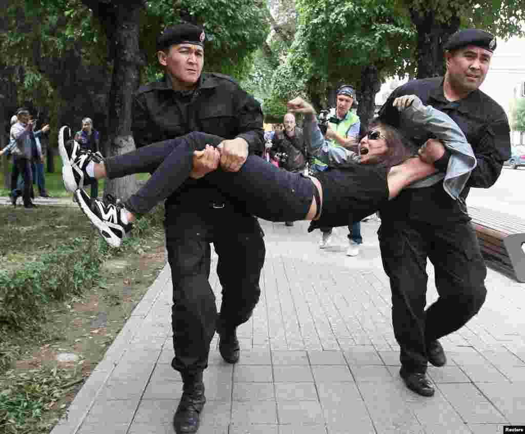 Арнайы жасақ адамдарды күштеп әкетті. Алматы, 10 маусым 2019 жыл.