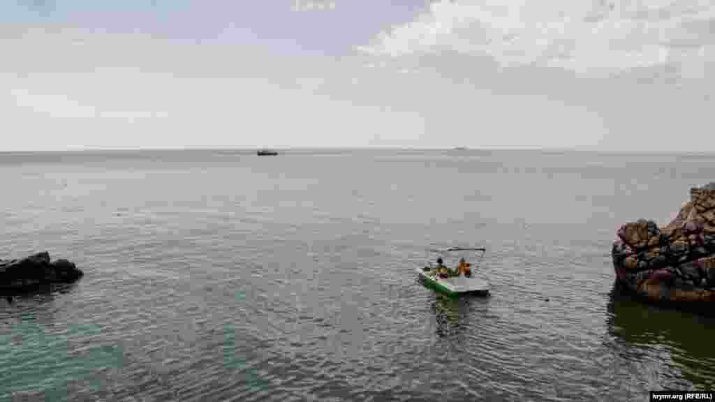 Другие размеренно плавают на катамаране