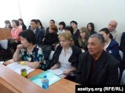 Родственники погибших в авиакатастрофе военного самолета Ан-72 Пограничной службы в зале суда. Шымкент, 24 марта 2014 года.