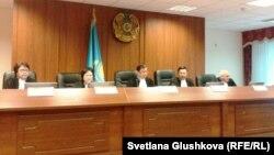 Азамат Аязбековтің ісін қараған жоғарғы сот судьялары. Астана, 25 маусым 2013 жыл.