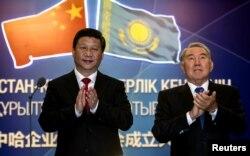 Қытай басшысы Си Цзиньпин (сол жақта) және Қазақстанның сол кездегі президенті Нұрсұлтан Назарбаев газ құбыры жобасының ашылуынан кейін. Нұр-Сұлтан, 6 қыркүйек 2013 жыл.