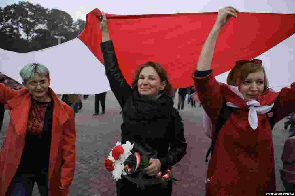 Колонна протестующих двинулась к мемориалу Победы. Активисты возложили цветы к Вечному огню. Завершилось шествие на площади Якуба Коласа, у памятника партизанам.