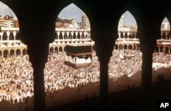 Внутренний двор мечети Масджид аль-Харам и Кааба во время хаджа