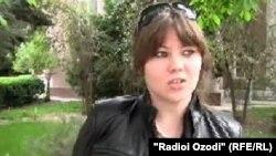 Яке аз назардиҳандагон дар хиёбони марказии Душанбе.