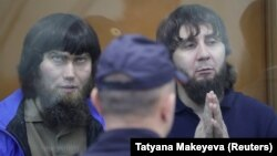 Анзор Губашев (с) һәм Заур Дадаев мәхкәмәдә