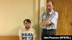 Гражданский активист Андрей Бояршинов (слева) и его представитель в суде Азат Габдульвалеев.