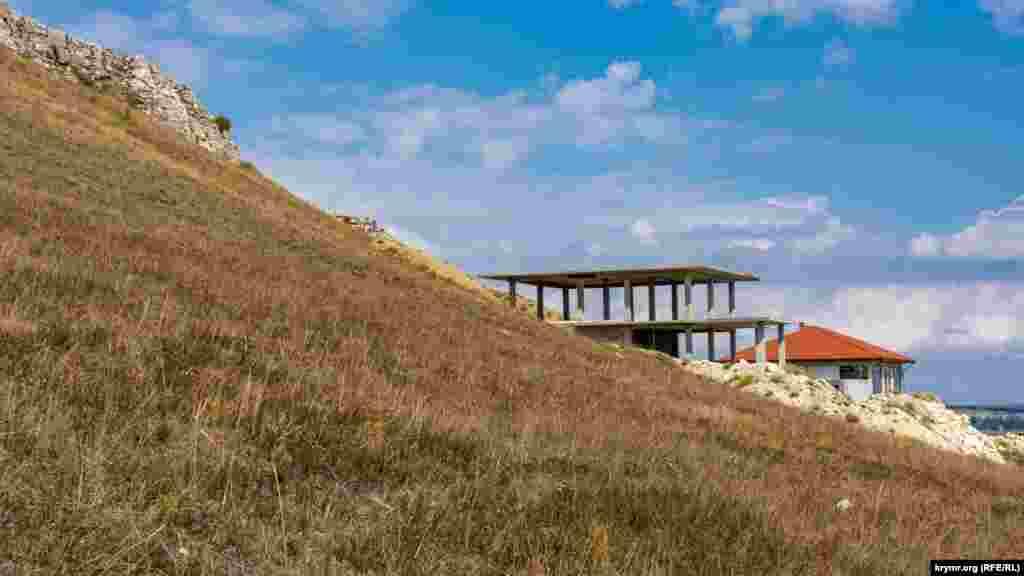 Новостройки в конце улицы Абрикосовой буквально врезаются в известняковые склоны плато