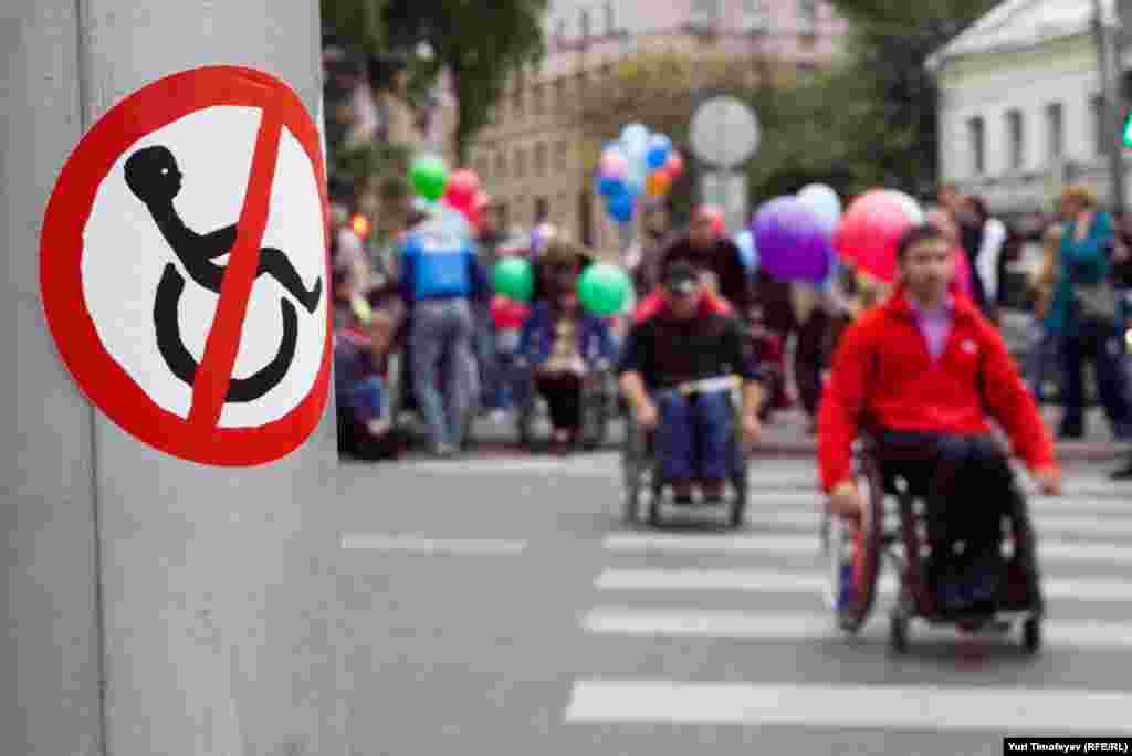 На местах, не приспособленных для инвалидов, участники акции ставили специальный знак