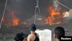 سيارة تحترق في موقع إنفجار سيارة مفخخة بالناصرية الثلاثاء 20 آب 2013